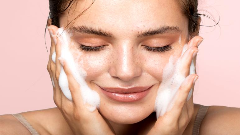دليلك لاختيار أفضل أنواع غسول الوجه لكل نوع بشرة